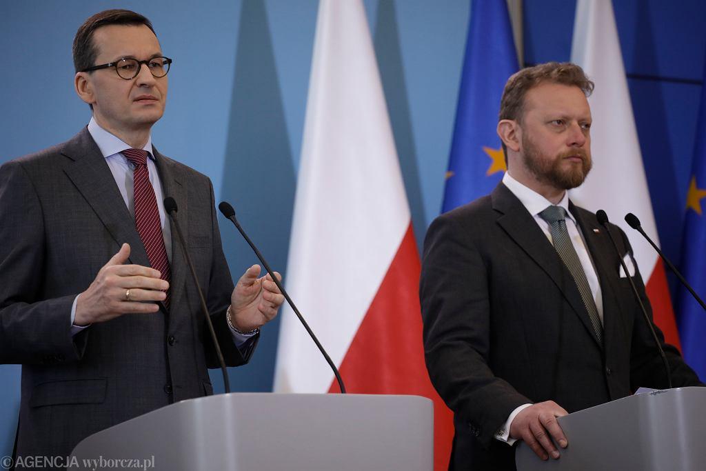 Mateusz Morawiecki i Łukasz Szumowski podczas konferencji prasowej