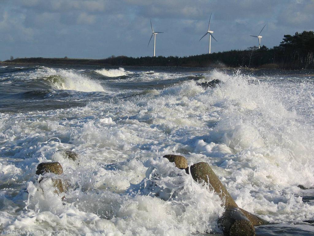 Morze w Darłówku porwało troje dzieci. Jeden z chłopców nie żyje