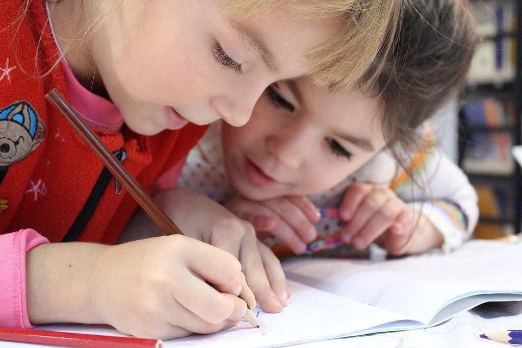 Dzieci godzinami w domach odrabiają prace domowe