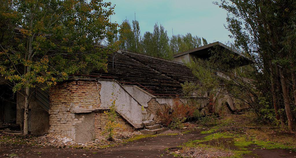 Rozpadająca się trybuna stadionu w Prypeci