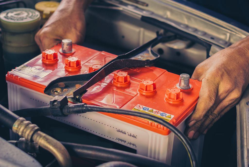 Akumulator w nieużywanym samochodzie może ulec uszkodzeniu. Zdjęcie ilustracyjne, 13_Phunkod/shutterstock.com