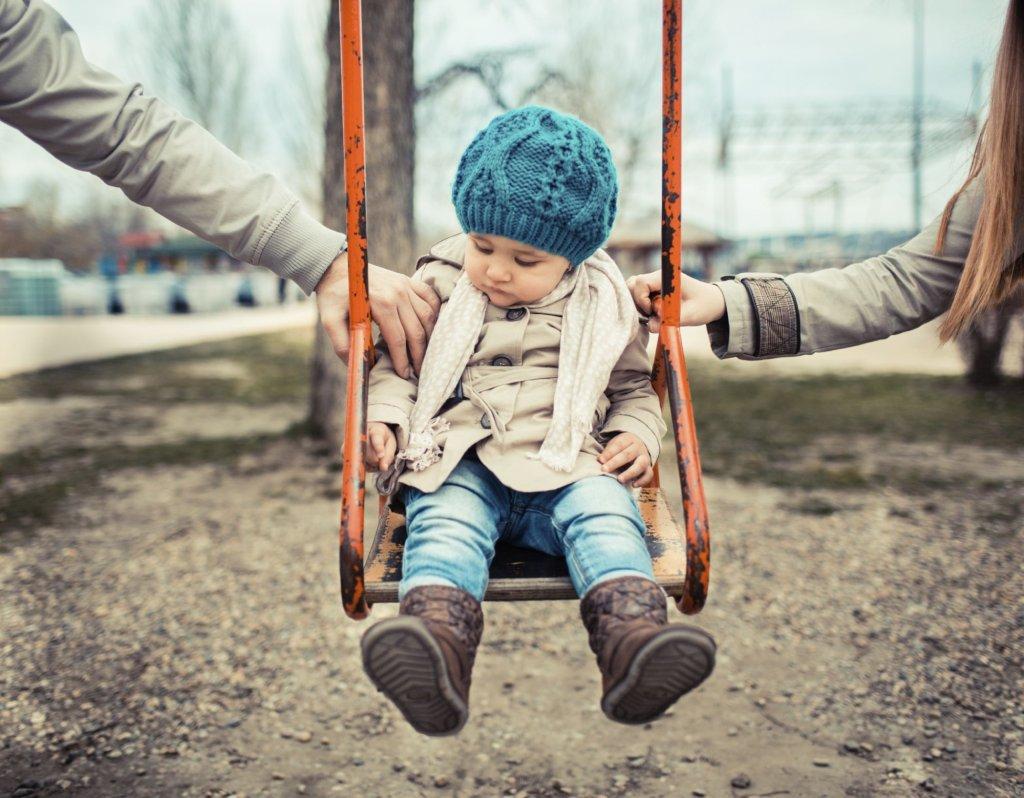 Dzieci nie zawsze wiedzą, czy postrzegać nowych partnerów rodziców jako kolegów, przyjaciółki czy też znaczących dorosłych (fot. iStockphoto.com)