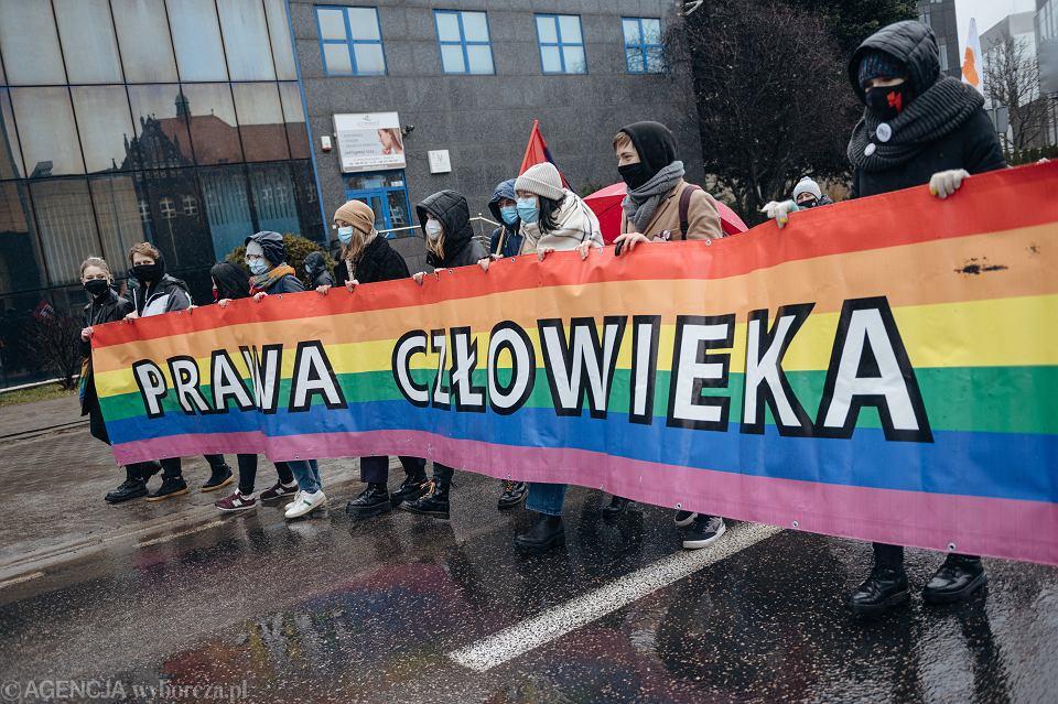 Gdańsk. Protest przed komisariatem przeciwko działaniom policji. (zdjęcie ilustracyjne - Strajk Kobiet)