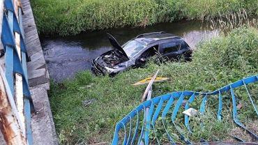 Pijany 26-latek potrącił autem rowerzystę, wpadł do rzeki i uciekł boso
