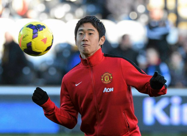 "Manchester United's Shinji Kagawa warms up before their English Premier League soccer match against Hull City at the KC Stadium in Hull, northern England, December 26, 2013.    REUTERS/Nigel Roddis  (BRITAIN - Tags: SPORT SOCCER) FOR EDITORIAL USE ONLY. NOT FOR SALE FOR MARKETING OR ADVERTISING CAMPAIGNS. NO USE WITH UNAUTHORIZED AUDIO, VIDEO, DATA, FIXTURE LISTS, CLUB/LEAGUE LOGOS OR ""LIVE"" SERVICES. ONLINE IN-MATCH USE LIMITED TO 45 IMAGES, NO VIDEO EMULATION. NO USE IN BETTING, GAMES OR SINGLE CLUB/LEAGUE/PLAYER PUBLICATIONS SLOWA KLUCZOWE: :rel:d:bm:GF2E9CQ0YJH01"