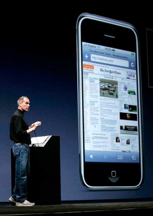 Szef Apple'a prezentuje jak na zintegrowanej z telefonem przeglądarce wygląda strona New York Times'a