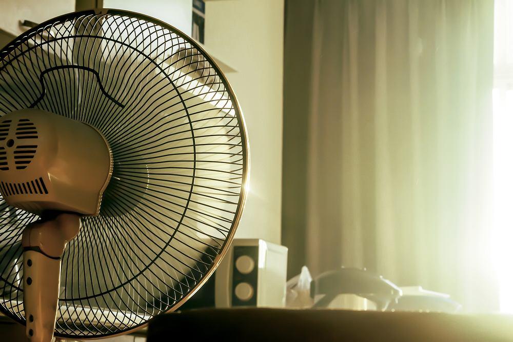 Jak ochłodzić pokój? Sprawdzone metody na obniżenie temperatury w pomieszczeniu. Zdjęcie ilustracyjne