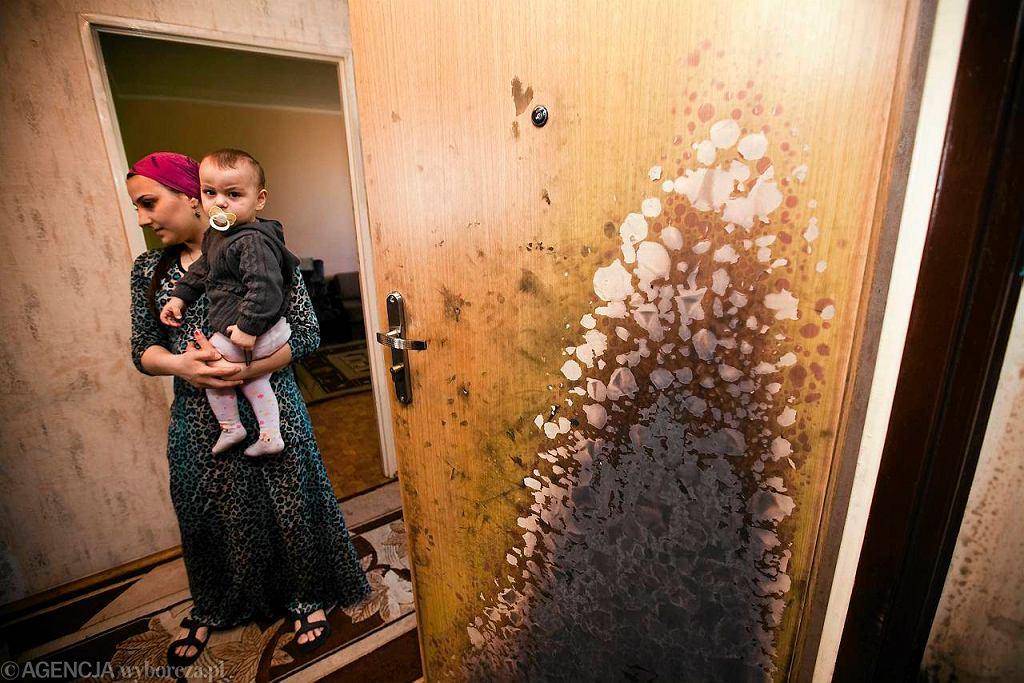 Spalone drzwi do mieszkania czeczeńskiej rodziny w Białymstoku