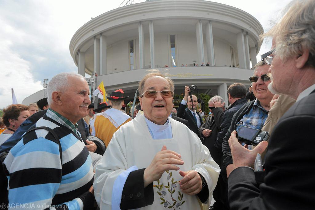 18.12.2015, Toruń, o. Tadeusz Rydzyk wśród wiernych.