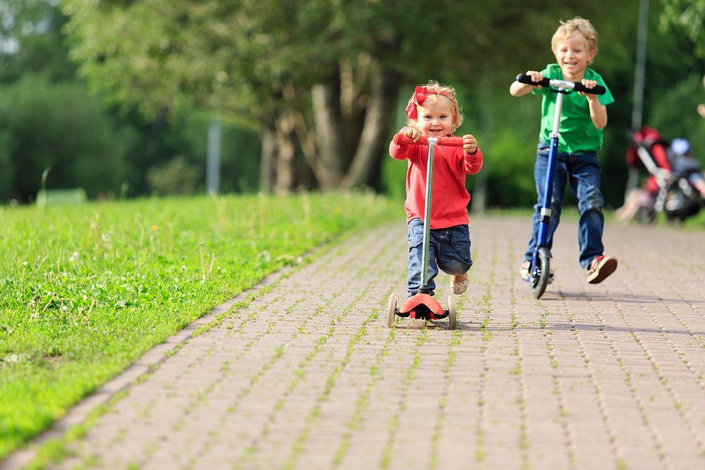 Planując uczyć dziecko jeździć na hulajnodze ważne jest, aby wybrać odpowiedni sprzęt. Na pierwszą hulajnogę poleca się raczej model z trzema kółkami.