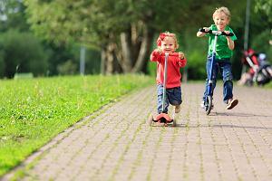 Hulajnoga dla dzieci to wsparcie rozwoju ruchowego i intelektualnego. Od kiedy uczyć dziecko jazdy na hulajnodze?
