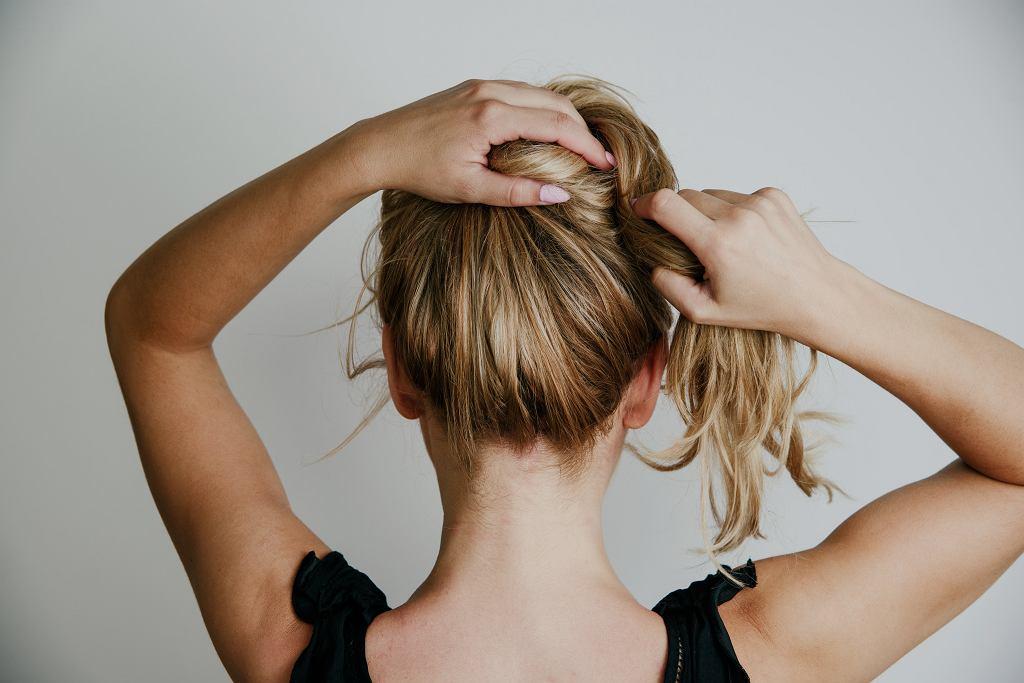 To najmodniejsza fryzura tego roku. Odmładza i zajmuje 30 sekund. Kobiety ją uwielbiają (zdjęcie ilustracyjne)