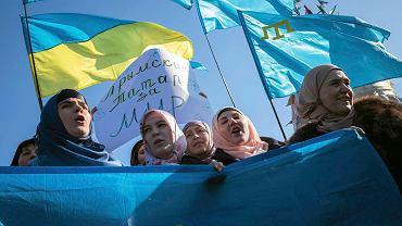 Antywojenny protest tatarskich mieszkanek Kijowa 8 lutego na Majdanie