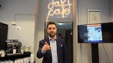 Kandydat Patryk Jaki prowadzi kampanię. Kawiarnia Jaki Cafe na ul. Koszykowej w Warszawie, 26 sierpnia 2018