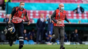 Ratownicy medyczni biegną do Christiana Eriksena podczas meczu Dania - Finlandia na Euro 2020