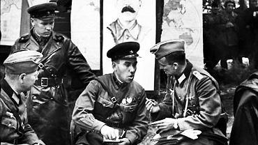 Brześć nad Bugiem, 22 września 1939 r., uroczyste spotkanie sowieckich i niemieckich żołnierzy w Brześciu nad Bugiem. W środku siedzi gen. Siemion Kriwoszein, który wraz z gen. Heinzem Guderianem odebrał defiladę zwycięstwa Armii Czerwonej i Wehrmachtu