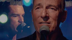 """Do tej współpracy prędzej czy później musiało dojść. The Killers i Bruce Springsteen, od lat zapewniający o wzajemnym uwielbieniu, prezentują wspólny utwór """"Dustland""""."""