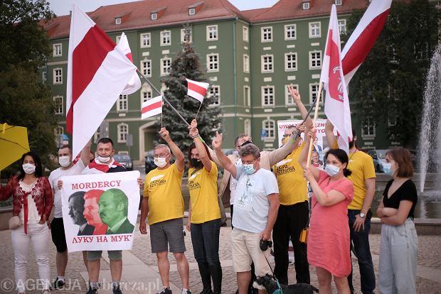 Niedzielna pikieta na szczecińskich Jasnych Błoniach w sprawie wyborów na Białorusi. Okazało się, że to 'spontaniczne' wydarzenie, według najnowszego rozporządzenia, nie może się odbyć