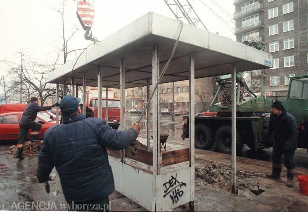 Na ul. Chełmskiej robotnicy stawiają wiatę przystankową, 3 lutego 1999 roku