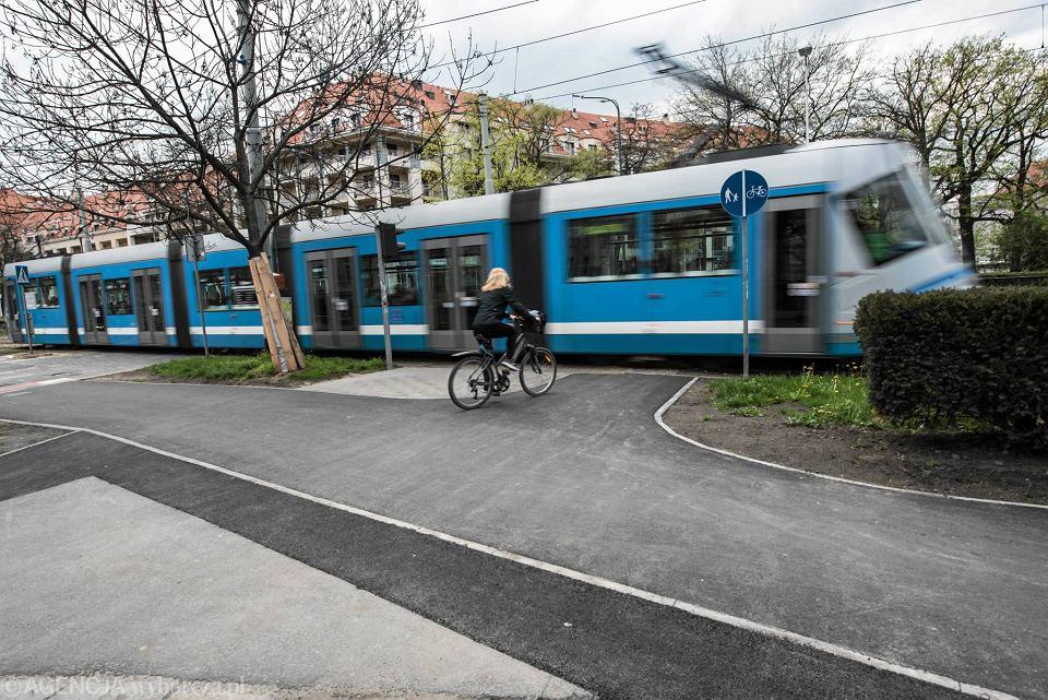 Tramwaj i rowerzyści na pl. Powstańców Śląskich