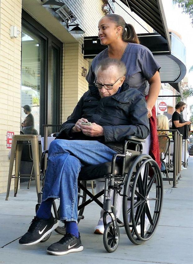 Larry King na wózku inwalidzkim