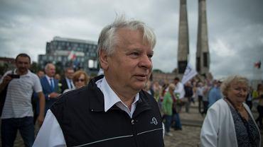 Bogdan Borusewicz pod pomnikiem ofiar Grudnia '70 w 2018 r. w czasie uroczystości upamiętniających 38. rocznicę Sierpnia '80