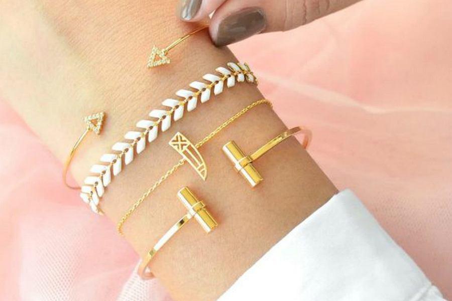 złote bransoletki to element biżuterii idealny na co dzień, jak i na wieczór
