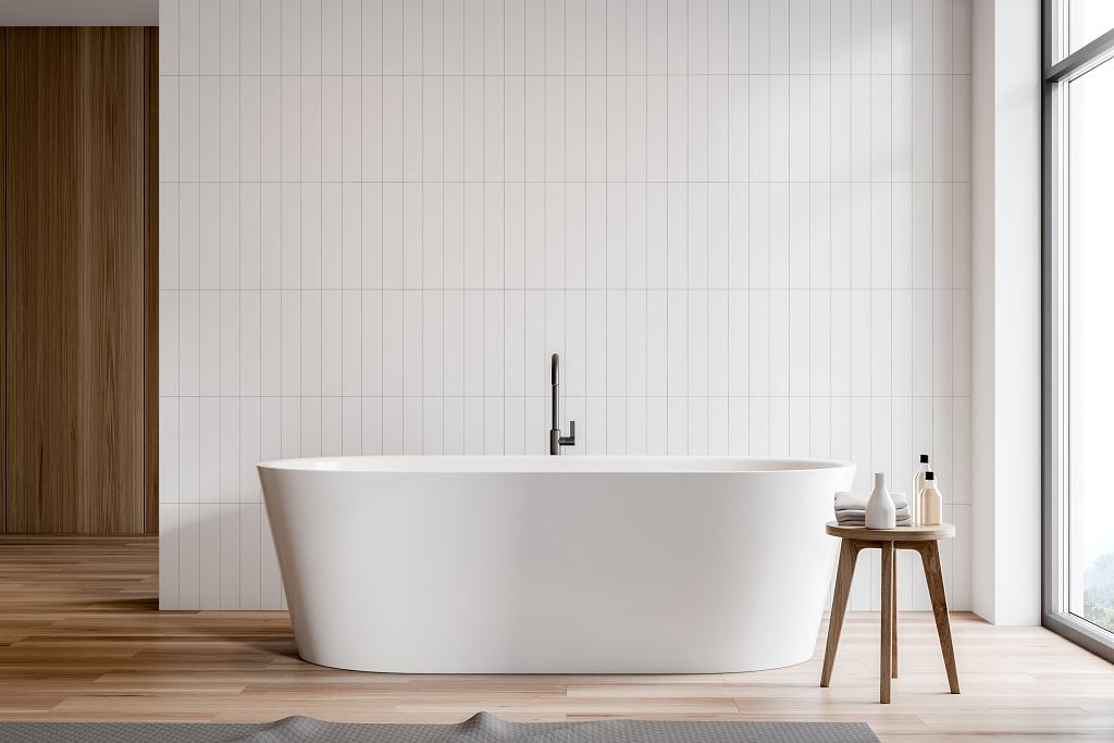 Płytki i panele w nowoczesnej łazience z wanną wolnostojącą.