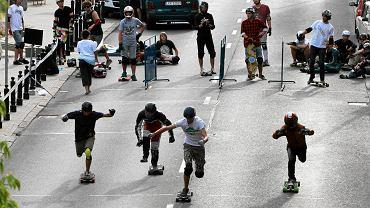 Na zamkniętej dla ruchu ulicy Myśliwieckiej w sobotę 14 lipca podczas zawodów Longboard Doping ścigało się 200 zawodników i zawodniczek