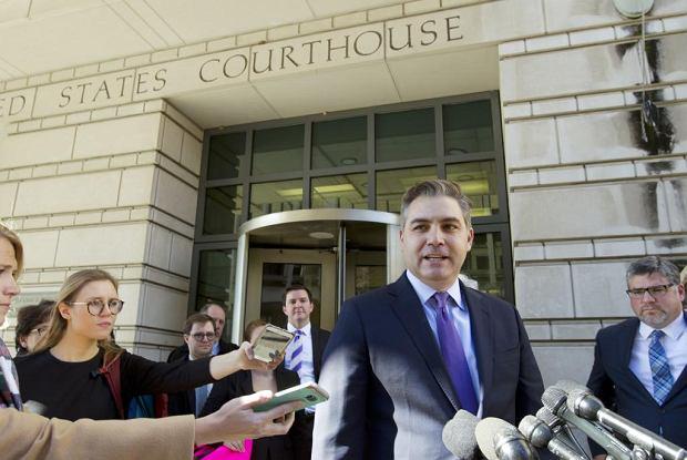 Dziennikarz CNN Jim Acosta właśnie odzyskał wyrokiem sądu przepustkę do Białego Domu.