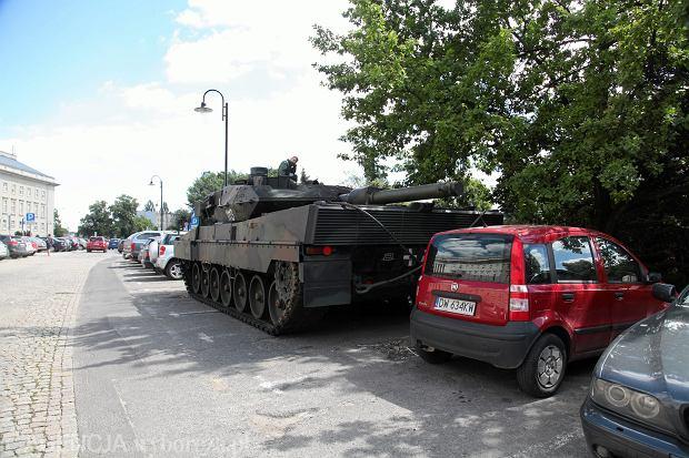 Czołg Leopard z brygady w Żaganiu na parkingu przed Urzędem Wojewódzkim. W ramach przygotowań do pikniku wojskowego. Urzędnicy chwalą się, że maszyna ma opłacone parkowanie (choć pojazdy wojskowe są z opłat zwolnione). Wrocław, 7 lipca 2016