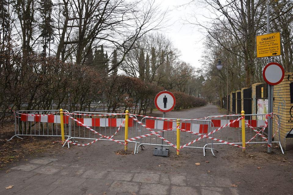 Zablokowana alejka Fałata od strony ul. Zaleskiego