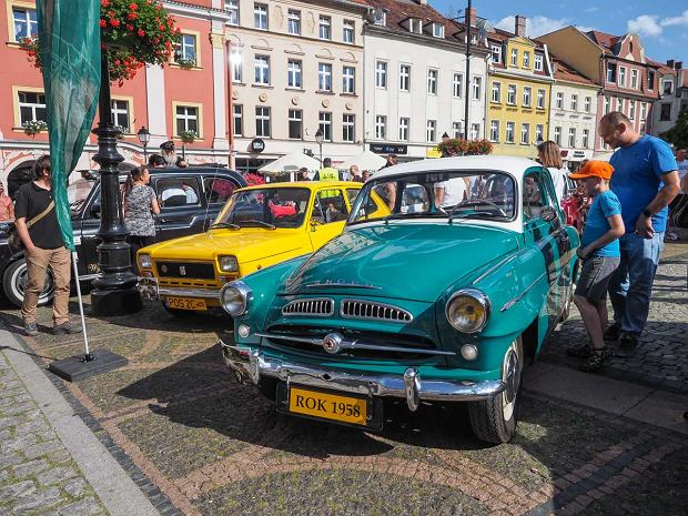 Zdjęcie numer 10 w galerii - Międzynarodowy rajd zabytkowych pojazdów na Rynku w Wałbrzychu. Było co podziwiać [ZDJĘCIA]