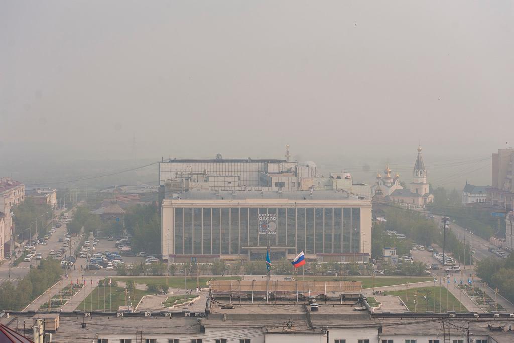 Rosja, dym z pożarów na Syberii w Jakucku.