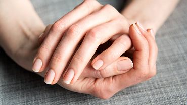 Jak szybko zapuścić paznokcie? Pomocne okażą się wcierki z witaminą E. Zdjęcie ilustracyjne