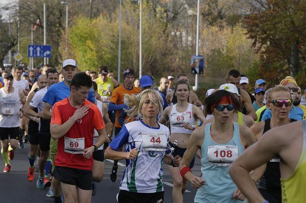 Zdjęcie numer 32 w galerii - Ponad 1200 biegaczy na starcie 37. Toruń Maraton, wygrał Łukasz Oskierko [ZDJĘCIA]