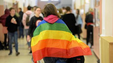 Olsztyńskie I LO - jako jedyne w mieście - wzięło udział w akcji pod hasłem 'Tęczowy piątek', której celem było uświadomienie o potrzebie tolerancji dla osób LGBT. Szkoła ściągnęła za to na siebie gromy ze strony kuratorium oświaty, ale w obronie dyrektorki, która zgodziła się na akcję, stanęli uczniowie.