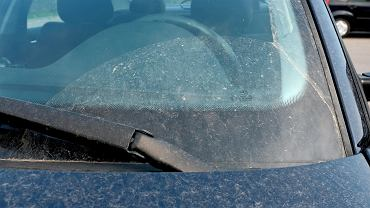 Osad i pył na samochodzie