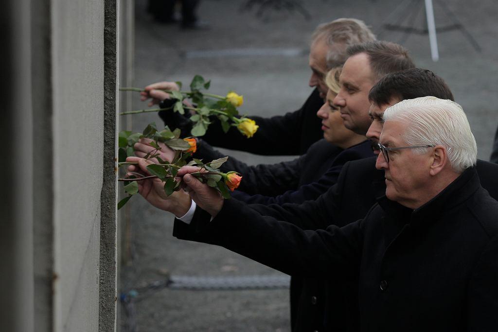Członkowie Grupy Wyszehradzkiej przed Murem Berlińskim w 30. rocznicę jego obalenia