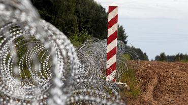 'Płot Błaszczaka' etap pierwszy - zasieki z drutu kolczastego na granicy polsko-białoruskiej. Usnarz Górny, 24 sierpnia 2021