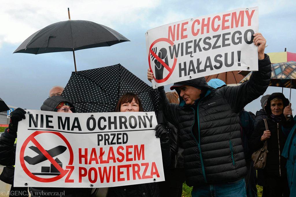 25 kwietnia to Międzynarodowy Dzień Świadomości Zagrożenia Hałasem. Na zdjęciu protest mieszkańców Balic przeciwko budowie nowego pasa startowego.