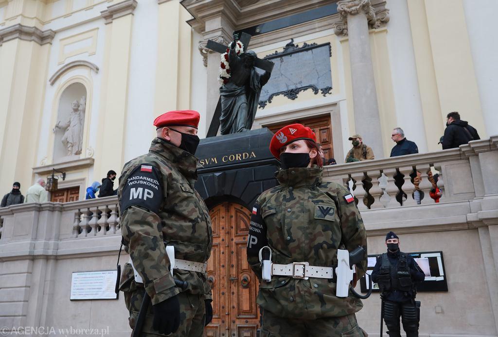 Żandarmeria Wojskowa pilnująca kościoła św. Krzyża w Warszawie
