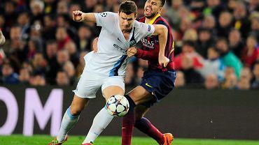 Zeszłoroczny pojedynek Barcelony z Manchesterem City. Edin Dżeko pociągany za koszulkę przez Gerarda Pique.