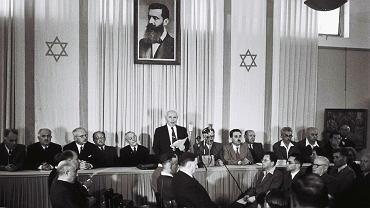 14 maja 1948 r., muzeum w Tel Awiwie. David Ben Gurion odczytuje uroczyście deklarację niepodległości Izraela. Zaraz po proklamowaniu powstania państwa powołana została Tymczasowa Rada Państwa, której przewodniczącym został Chaim Weizmann, oraz Rząd Tymczasowy - na jego czele stanął Ben Gurion
