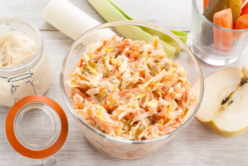 Surówka z pora do obiadu powinna być pysznym uzupełnieniem dania. Warzywo to będzie smaczne w połączeniu z innymi składnikami