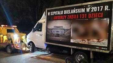 Ciężarówka antyaborcyjna odholowana sprzed Szpitala Bielańskiego