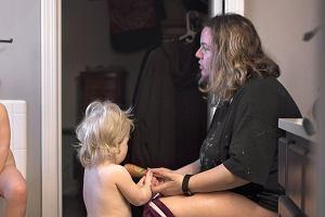 Karmi piersią najmłodsze, pilnuje starszaka i jeszcze zupę miesza. Brutalna prawda o macierzyństwie? [ZDJĘCIA]