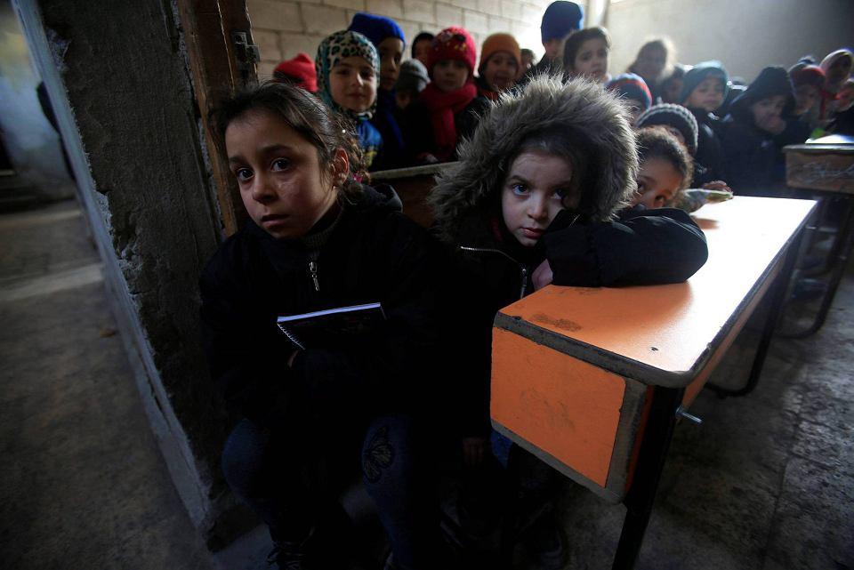 Dzieci w klasie zrujnowanej szkoły. Aleppo, Syria 01.2017