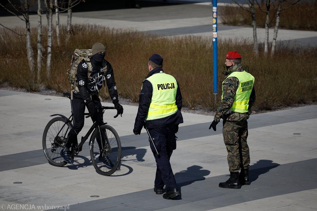 Policja i Straż Miejska wyłapuje rowerzystów ignorujących rządowy nakaz pozostania w domach. Pierwsza fala pandemii koronawirusa. Warszawa, 1 kwietnia 2020. Pod koniec grudnia ma obowiązywać 'kwarantanna narodowa'