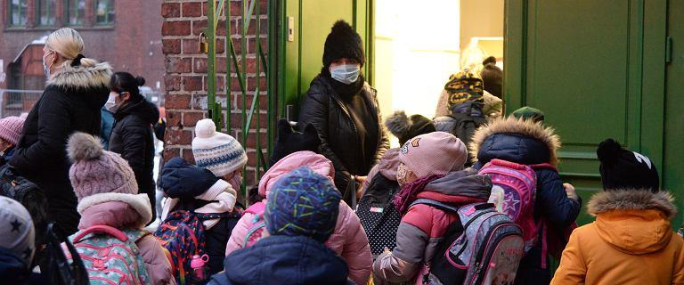 Czwarta fala uderzy w dzieci. Wirusolog: Poruszamy się drogą pełzającej pandemii